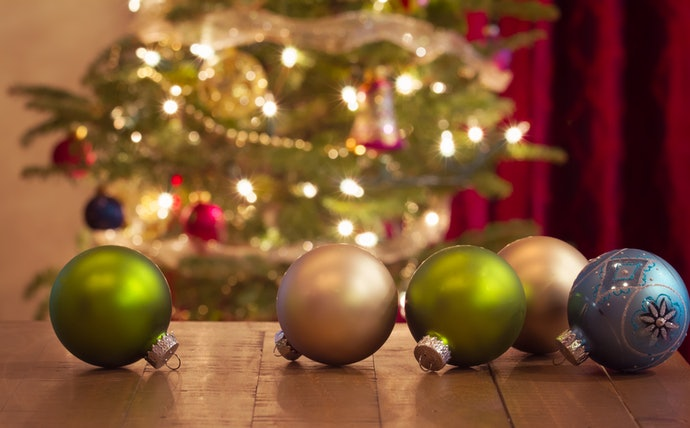 Start by Picking Christmas Balls According to Your Color Scheme