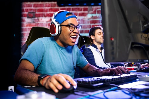 A Headset With a Microphone Allows You to Communicate Easily With Other Players